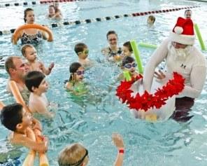 8194729-kerst-man-gaat-zwemmen