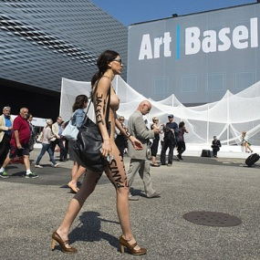 Conceptual artist Milo Moiré walking naked at Art Basel exhibition